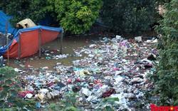"""Mưa lũ thượng nguồn, """"quân đoàn"""" rác đổ bộ hạ lưu sông Hồng"""