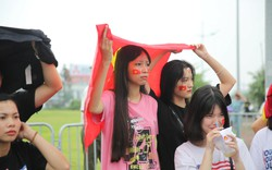 Cổ động viên đội mưa, Đoàn thanh niên tạo hàng rào sống ổn định trật tự trước giờ đón Đoàn TTVN