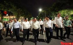 Chủ tịch Hà Nội thênh thang đi bộ xuống phố