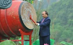 Thủ tướng Chính phủ Nguyễn Xuân Phúc đánh trống khai mạc Lễ hội Tràng An năm 2018