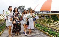 Lần đầu đặt chân đến Bà Nà, đoàn hoa hậu thế giới trầm trồ trước Cầu Vàng