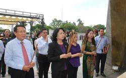 Phó Chủ tịch nước Đặng Thị Ngọc Thịnh viếng Nghĩa trang Liệt sỹ tại Quảng Trị