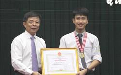 Tặng bằng khen và 30 triệu đồng cho học sinh hai lần giành HCV Olympic Vật lý Quốc tế