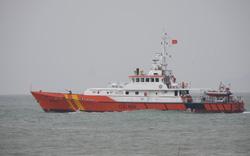 Tàu SAR412 vượt sóng dữ cứu hai ngư dân bị nạn trên biển Hoàng Sa