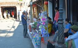 Bất chấp lệnh cấm, hàng rong vẫn lộn xộn ở phố cổ Hội An