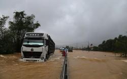 Mưa quá lớn, CSGT Thừa Thiên - Huế ra QL1A phân luồng