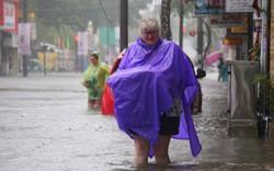 Huế: Mưa lớn đường ngập, khách Tây cùng người dân bì bõm lội nước
