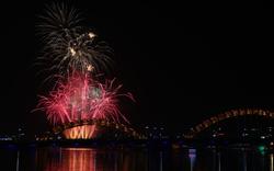 Đà Nẵng bắn pháo hoa trên sông Hàn chào năm mới 2018