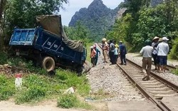 Xe tải đâm vào tàu hỏa, 2 người nguy kịch
