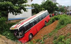 Xe khách chở đoàn du khách nước ngoài lao xuống rãnh