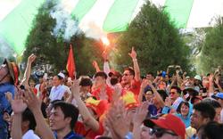 """Cổ động viên """"bùng nổ"""" bên Công viên Biển Đông Đà Nẵng cổ vũ Olympic Việt Nam"""