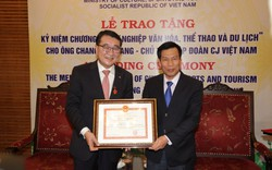 Tặng Kỷ niệm chương Vì sự nghiệp VHTTDL cho Hiệu trưởng Trường Học viện thể dục thể thao Thượng Hải