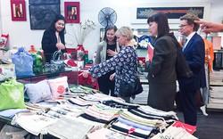 Bộ trưởng Ngoại giao Thụy Điển mua sắm tại cơ sở thêu lâu đời của Hà Nội