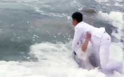 Chụp ảnh cưới sóng biển đánh tung người