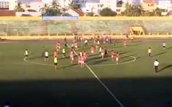 Tin nóng thể thao: Sân bóng hỗn loạn đuổi đánh trọng tài