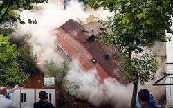 """Kinh hoàng: Tòa nhà 4 tầng """"đổ sập"""" hoàn toàn trong nháy mắt"""