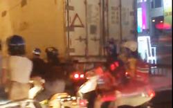 Xe tải đi lùi trong hầm chui Nguyễn Trãi