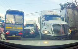 """Container """"chềnh ềnh"""" chiếm làn ngược chiều, giao thông 'ách tắc'"""