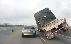 """""""Hú vía"""": Xe tải ôm cua vượt phải suýt lật ngửa đè bẹp ô tô"""