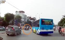"""Hà Nội: """"Hung thần"""" xe buýt 'hất văng' xe máy khi vòng quay đầu"""