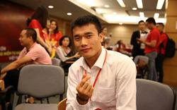 """Khoảnh khắc """"bắn tim"""" của các cầu thủ Olympic Việt Nam sau cánh gà sân Mỹ Đình"""