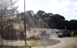"""""""Kinh hoàng"""": Container chắn ngang đường ray bị tàu hỏa tông gãy đôi"""