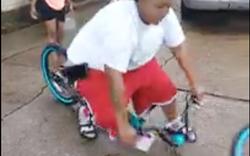 'Gãy tan' xe đạp vì để anh béo ngồi lên hướng dẫn tập xe