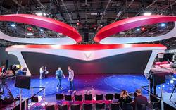 Hoa sen nở hé lộ sân khấu ra mắt VinFast tại Paris