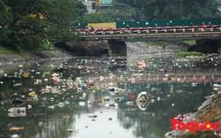 Hà Nội: Sông Tô Lịch tràn ngập rác thải sau cơn mưa lớn