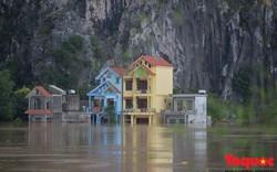 Ninh Bình: Nước 'nuốt' quá nửa tầng 1, dân đóng bè đi lại