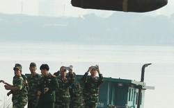 Hà Nội: Người dân kéo nhau đứng trên cầu xem... vớt bom