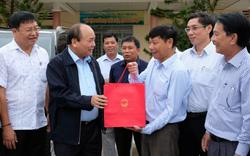 Thủ tướng thăm hỏi, động viên bà con vùng tâm  bão số 12 tàn phá