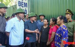 Phó Thủ tướng Trịnh Đình Dũng thị sát và thăm hỏi người dân vụ nhà dân đổ xuống sông Đà
