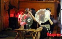 Hình ảnh giới trẻ Hà Nội vô tư sử dụng bóng cười công khai từ vỉa hè đến quán bar