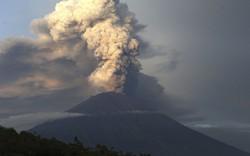 """Sân bay Bali tạm """"thở phào"""" sau sức ép núi lửa phun trào"""