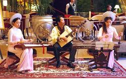Đón và tiếp nhận sách, băng đĩa tư liệu nghiên cứu âm nhạc của GS.TS Trần Quang Hải
