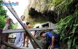 Bất chấp cảnh báo núi lở, du khách vẫn vượt rào chắn vào chùa Đục ở Lý Sơn