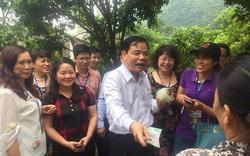 Bộ trưởng Nguyễn Xuân Cường vào tận vườn  thăm và mua na của nông dân