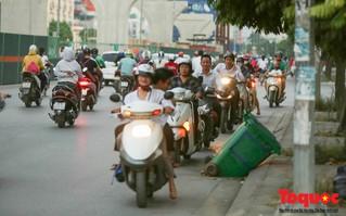 Giờ cao điểm: Xe máy vô tư ngược chiều cả trăm chiếc trên đường Trường Chinh
