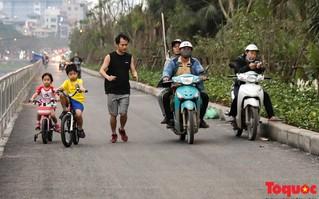 Con đường đi bộ dài nhất Thủ đô chưa kịp hoàn thiện đã bị xe máy lấn chiếm