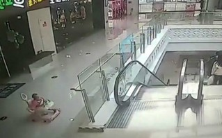 Nguy hiểm: Xe tập đi lao xuống sân, bé gái 8 tháng tuổi bị lún sọ não
