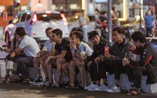 Chùm ảnh: Phố đi bộ Nguyễn Huệ vẫn đông kín người giữa những ngày tâm điểm dịch virus corona, một số người phớt lờ việc đeo khẩu trang phòng bệnh