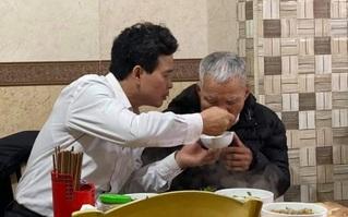 """Xúc động hình ảnh người con trai bón cho cha già ăn từng thìa bún, thủ thỉ ân cần: """"Ngon không bố, hơn quê mình ấy nhỉ"""""""
