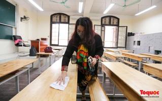 Phụ huynh, giáo viên bỏ công sức vệ sinh trường lớp trước ngày đón học sinh trở sau kỳ nghỉ dài tránh dịch Covid- 19