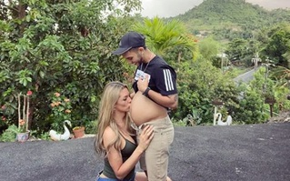 Hình ảnh ngược đời: Vợ hôn lên bụng bầu của chồng, đằng sau là câu chuyện khiến nhiều người xúc động