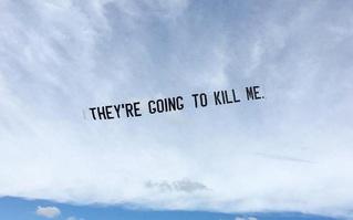 Lời cuối của George Floyd trên bầu trời nước Mỹ và cuộc biểu tình trên không của một nghệ sĩ da màu