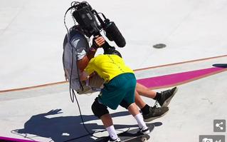 VĐV trượt ván khiến người quay phim ngã ngửa tại Olympic