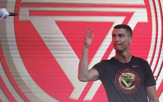 """""""Chua chát"""" phỏng vấn Ronaldo và MC Trung Quốc: Dậy sóng """"khẩu chiến"""""""