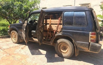 """Phát hiện xe chở gỗ trái phép bị bỏ """"quên"""" trên đường"""