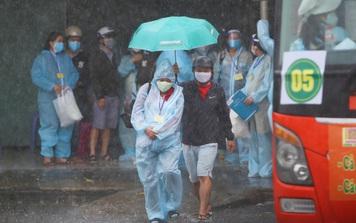 """Hàng trăm bà bầu đội mưa, đợi xe về Quảng Ngãi sau bao ngày trông ngóng: """"Được về là tốt lắm rồi"""""""
